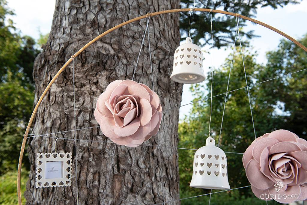 allestimento matrimonio, rose in lattice e campanelle in porcellana