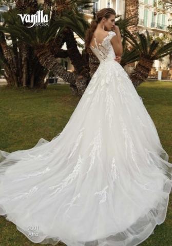 abito da sposa con piume