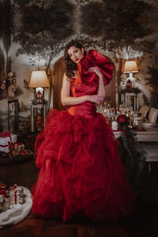 abito rosso in mikado e tulle a acconciatura alta moda