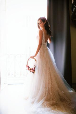 abito da sposa glitter e bouquet tondo